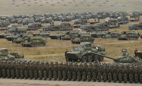 Binh sĩ và khí tài Nga tại thao trường Tsugol hôm 13/9. Ảnh: Bộ Quốc phòng Nga.