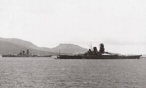 Siêu thiết giáp hạm Yamato (xa) và Musashi hồi đầu năm 1943. Ảnh: Wikipedia.