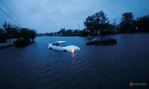 Những chiếc ô tô bị bỏ lại trên đường phố ngập lụt ở thành phố Welmington, bang Bắc Carolina hôm 15/9. Ảnh: Reuters.