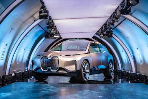 BMW Vision iNext trong khoang hàng của máy bay vận tải.