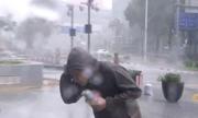 Phóng viên Trung Quốc đưa tin bão Mangkhut hốt hoảng vì tường kính rơi