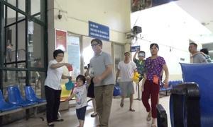 Di tản hàng trăm bệnh nhi cạnh đám cháy ở Hà Nội