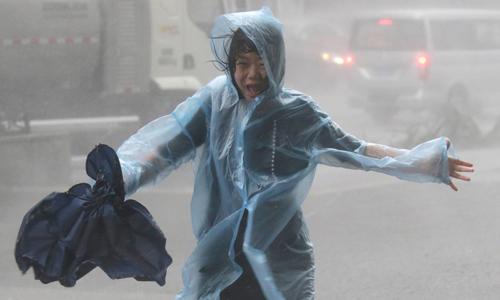 Một cư dân chạy giữa cơn mưa lớn khi siêu bão Mangkhut đổ bộ thành phố Thâm Quyến, tỉnh Quảng Đông, Trung Quốc hôm qua. Ảnh: Reuters.