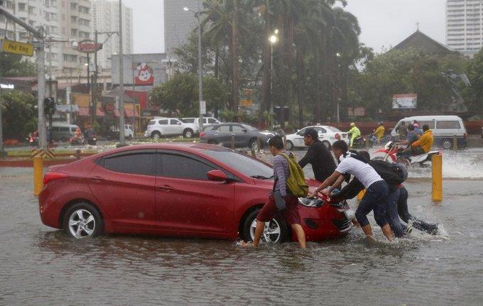 Xe cộ bị phá hủy khi bão Mangkhut hoành hành
