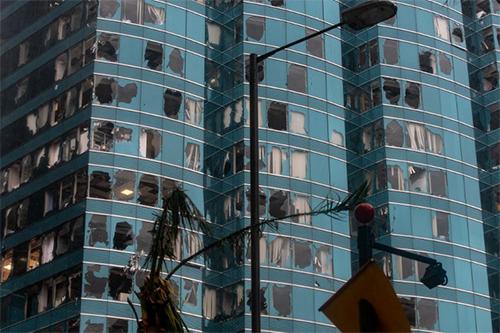 Một loạt cửa sổ của tòa nhà ở Hong Kong bị vỡ khi bão Mangkhut quét qua. Ảnh: AFP