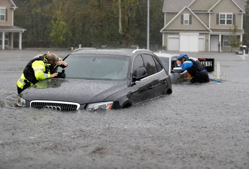 Lực lượng cứu hộ hướng dẫn người dân trên đường phố bị ngập ởFayetteville, Bắc Carolina. Ảnh: AP.