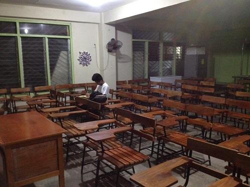 Reyes làm bài tập về nhà ở lớp sau giờ học. Ảnh:Mark Pee Ortil Pornasdoro