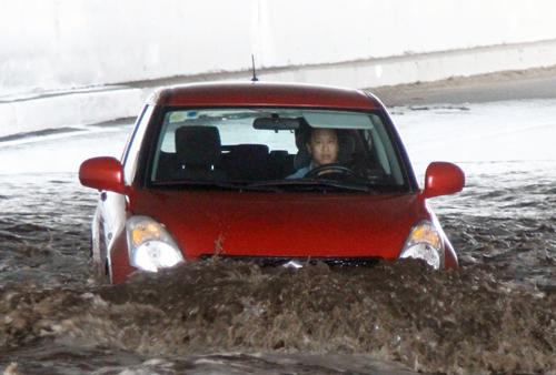 Ôtô băng qua nước ngập trong hầm. Ảnh: Sơn Hòa.