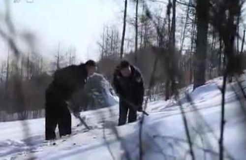 Cảnh sát tìm thi thể Quân trên triền núi tuyết.