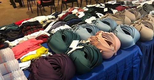 Quần áo và đồ lót mà các nghi phạm ăn trộm. Ảnh: CNA.