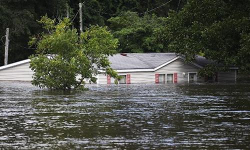 Nước lũ dâng cao, nhấn chìm ngôi nhà tại Spring Lake, bang North Carolina, Mỹ hôm 17/9. Ảnh: AFP.