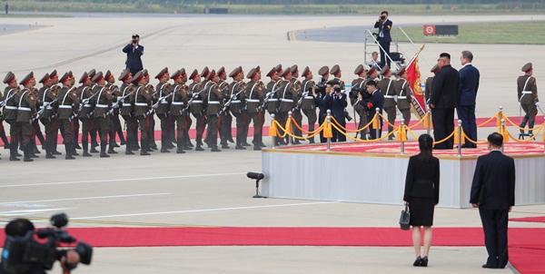 Lễ duyệt đội danh dự trong lễ đón Tổng thống Hàn Quốc tại sân bay Sunnan. Ảnh: Reuters.