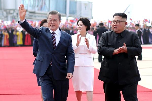 Tổng thống Moon vẫy tay chào những người dân đón ông tại sân bay Sunnan. Ảnh: Reuters.