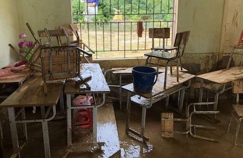 Bàn ghế bị nước lũ tấp bùn.
