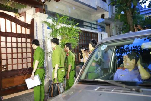 Lực lượng chức năng khám xét chỗ ở của ông Đào Tấn Bằng. Ảnh: Nguyễn Đông