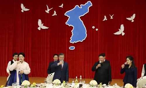 Tổng thống Hàn Quốc Moon Jae-in (thứ hai bên trái) và lãnh đạo Triều Tiên Kim Jong-un (thứ hai bên phải) trong bữa tiệc tối tại hội trường Mokrankwan, Bình Nhưỡng hôm nay. Ảnh: Joint Press Corps.