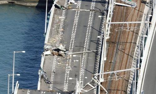 Cầu nối sân bay quốc tế Kansai với đất liền bị hư hại do tàu chở dầu đâm vào. Ảnh: Reuters.