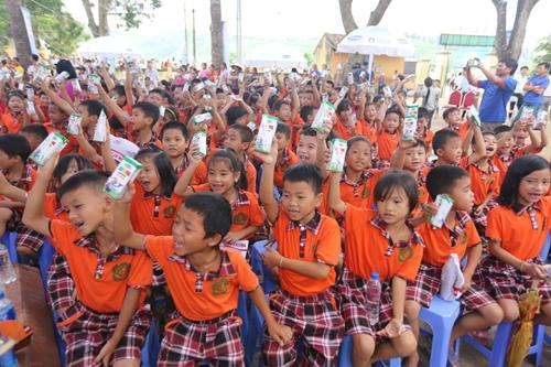 Các em học sinh được uống sữa miễn phí, và tham gia vào lễ Trung Thu đầy ý nghĩa.