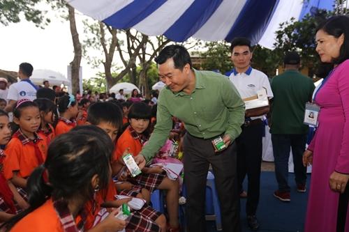 Đại diện Vinamilk tận tay trao sữa đến các em học sinh trường tiểu học Đồng Tiến.