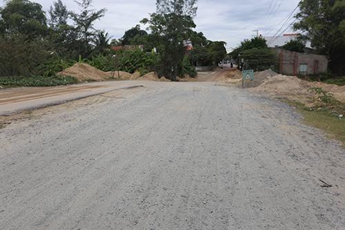 Quá thời gian ký kết theo hợp đồng nhưng chủ đầu tư chưa xây dựng xong tuyến đường ĐT 603A nối ĐT 607. Ảnh: Đắc Thành.