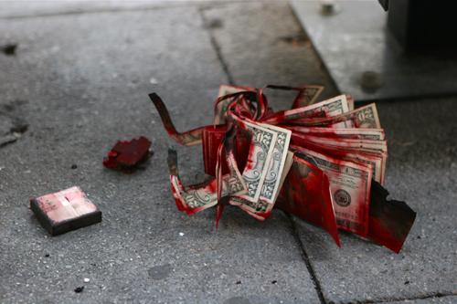 Một tập tiền bị nhuộm đỏ, vô hiệu.