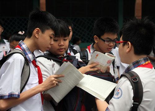 Học sinh TP HCM ôn bài trước giờ tuyển sinh lớp 10. Ảnh: Mạnh Tùng.