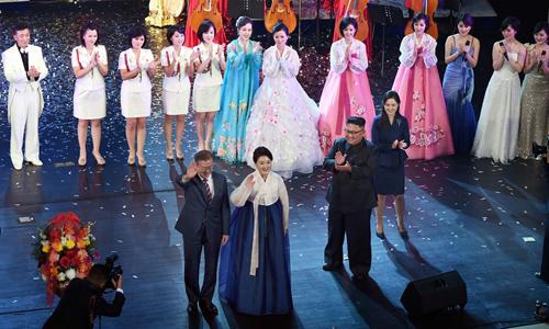 Tổng thống Moon Jae-in (trái) cùng phu nhân Kim Jung-sook vẫy tay chào khán giả trong khi lãnh đạo Kim Jong-un và phu nhân Ri Sol-ju vỗ tay tại Nhà hát Lớn Bình Nhưỡng. Ảnh: Joint Press Corps.
