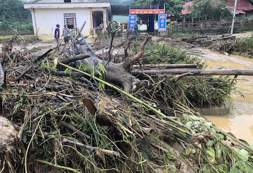 Bùn, rác tấp tại khuôn viên trường Phổ thông dân tộc bán trú THCS Yên Tĩnh.