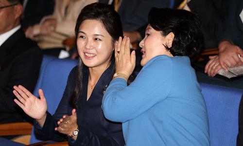 Kim Jung-sook, phu nhân Tổng thống Moon Jae-in (phải), trò chuyện cùng Ri Sol-ju, phu nhân lãnh đạo Kim Jong-un, trong buổi hòa nhạc tại Nhạc viện Kim Won-gyun ở Bình Nhưỡng. Ảnh: Joint Press Corps.
