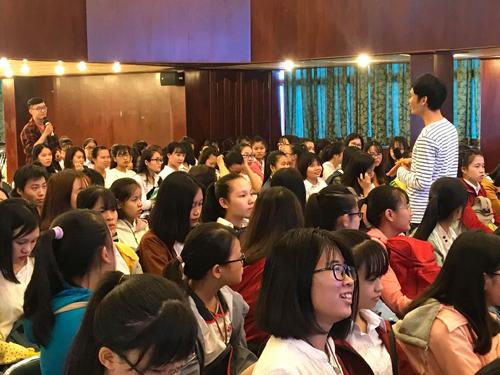 Sinh viên Đại học Công nghiệp TPHCM thảo luận với mentor tại chương trình.