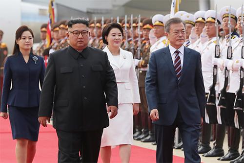 Lãnh đạo Triều Tiên Kim Jong-un cùng Tổng thống Hàn Quốc Moon Jae-in và hai đệ nhất phu nhân trong lễ đón tiếp tại sân bay quốc tế Sunan sáng nay. Ảnh: Reuters.