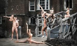 Sinh viên Anh khỏa thân chụp ảnh để gây quỹ từ thiện