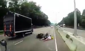 Đâm vào đuôi xe tải, người đi xe máy bị kéo lê trên đường