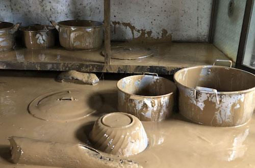 Xoong, nồi tại bếp ăn của trường Phổ thông dân tộc bán trú THCS Yên Tĩnh vùi trong bùn sau khi lũ rút.
