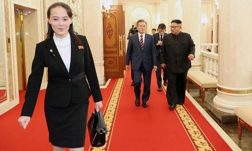 Kim Yo-jong (đằng trước) tại trụ sở đảng Lao động Triều Tiên ngày 18/9. Ảnh: Reuters.