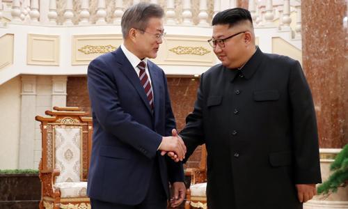 Lãnh đạo Triều Tiên Kim Jong-un (phải) bắt tay Tổng thống Hàn Quốc Moon Jae-in tại trụ sở Ủy ban Trung ương đảng Lao động Triều Tiên tại Bình Nhưỡng hôm qua. Ảnh: Reuters.