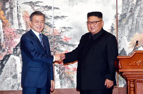 Tổng thống Hàn Quốc và lãnh đạo Triều Tiên bắt tay nhau tại cuộc họp báo chung ở Bình Nhưỡng hôm nay. Ảnh: Reuters.
