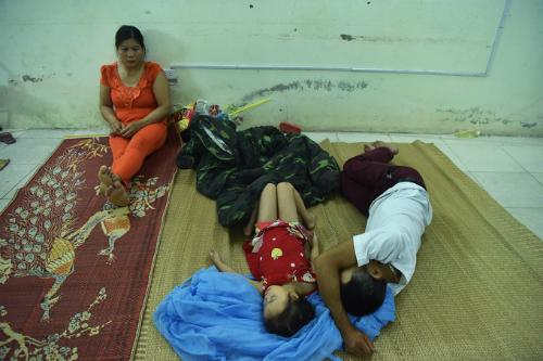 Chị Đào Thị Duyên (Lạng Sơn) đưa con xuống Hà Nội khám bệnh thì không may gặp vụ cháy. Ảnh: Giang Huy