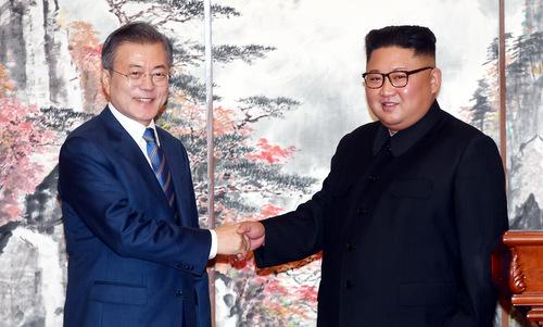 Tổng thống Moon (trái) và lãnh đạo Kim trước lễ ký tuyên bố chung hôm 19/9. Ảnh: Reuters.
