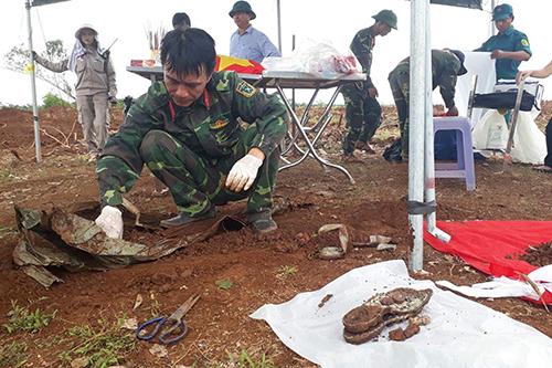 Quảng Trị tìm thấy 14 hài cốt liệt sĩ cùng nhiều di vật. Ảnh: Quang Hà
