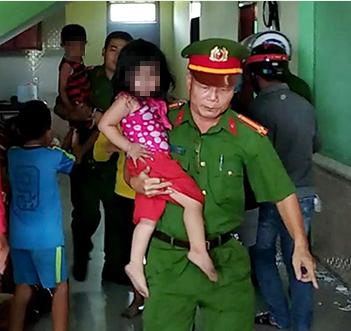Ba cháu nhỏ được giải cứu sau khoảng 30 phút. Ảnh: Ngô Quang Văn