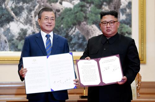 Tổng thống Hàn Quốc Moon Jae-in và lãnh đạo Triều Tiên Kim Jong-un ký tuyên bố chung tại nhà khách Paekhwawon, Bình Nhưỡng hôm nay. Ảnh: Reuters.