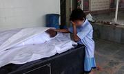 Ảnh bé trai Ấn Độ khóc bên thi thể bố gây xúc động