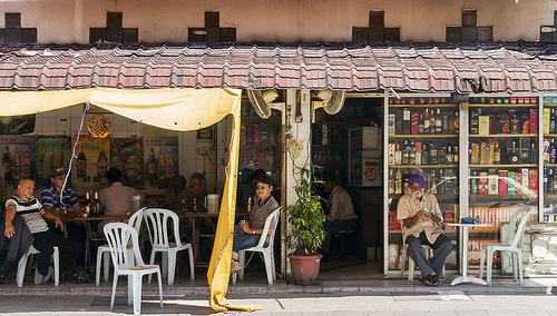 Một quán rượu ở ngoại ô thủ đô Kuala Lumpur. Ảnh: AFP.