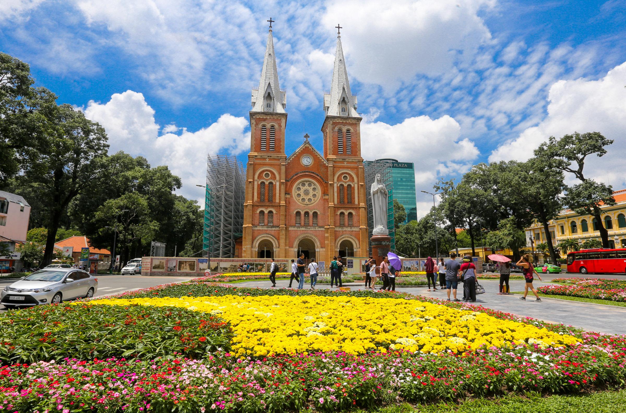 Du khách thích thú vườn hoa trước nhà thờ Đức Bà ở Sài Gòn - VnExpress