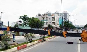 Người đi đường hoảng hốt khi cần cẩu 30m sập ngang đại lộ Sài Gòn