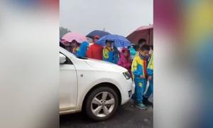 Nữ tài xế cố len xe qua nhóm học sinh sang đường