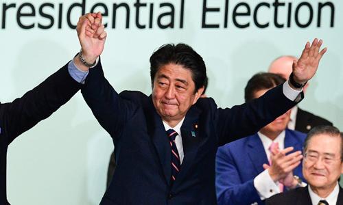 Thủ tướng Nhật Bản Shinzo Abe trong cuộc bầu cử lãnh đạo đảng Dân chủ Tự do hôm nay tại trụ sở đảng ở Tokyo. Ảnh: AFP.