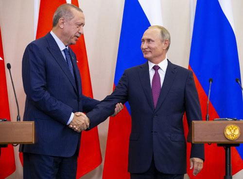 Tổng thống Nga Putin (phải) bắt tay người đồng cấp Thổ Nhĩ Kỳ Erdogan sau cuộc gặp ở Sochi hôm 17/9. Ảnh: AFP.