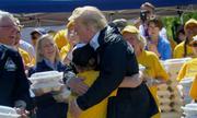 Cậu bé đề nghị Trump 'ôm một cái'